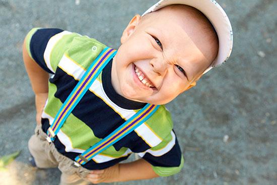 Dictionnaire québécois : le mot crasse, le petit crasse; adjectif crasse, un sourire crasse.