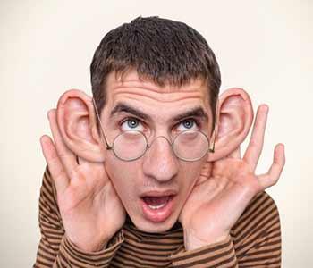 Même avec mes oreilles en porte de grange, je ne t'entends pas bien.