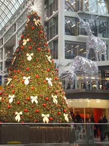 Le centre d'achats est prêt pour le magasinage de Noël.