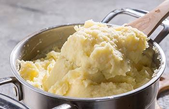 Des patates pilées, autre nom pour des pommes de terre en purée.