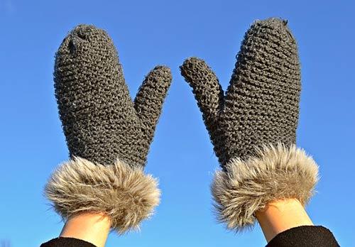 Les mitaines québécoises sont les moufles françaises (un mot presque inconnu au Québec), c'est-à-dire des pièces de vêtement recouvrant la main en ne séparant que le pouce.