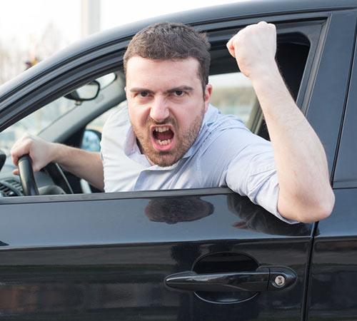 Le verbe varger signifie frapper à grands coups répétés sur quelqu'un ou sur quelque chose.