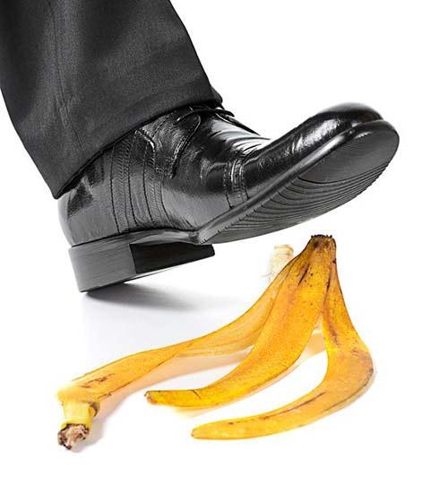 U homme est sur le point de marcher sur une pelure de banane. Ce geste a donné naissance au verbe auto-pelure-de-bananiser qui signifie se placer dans une situation difficile par sa propre faute.