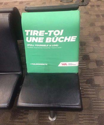 À l'aéroport de Montréal, on retrouve plusieurs bancs recouverts de l'expression « tire-toi une bûche ». Cette expression signifie, viens t'assoir avec nous,