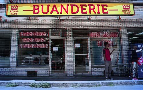 La façade d'une buanderie dans un quartier populaire de Montréal. Qu Québec, le mot buanderie signifie lavoir commercial, blanchisserie, laverie. Alors qu'en France, buanderie décrit la pièce où on fait la lessive dans une maison, un appartement.