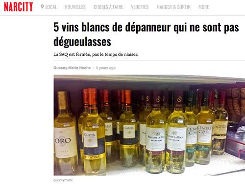 Des bouteilles de vin blanc sur une tablette de «dépanneur», mot synonyme de superette.