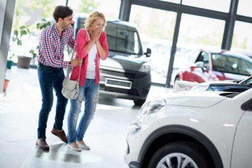 Un couple achète un char neuf. Le mot char dans la langue québécoises est synonyme de voiture.
