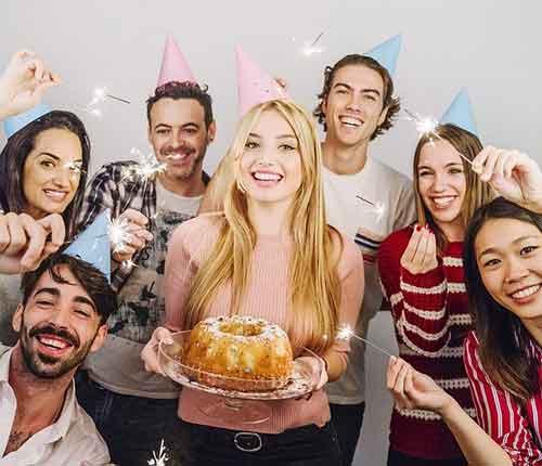 Une gand d'Amis sont réunis pour l'anniversaire de l'une d'entre elle. Le mot gang au Québec est synonyme de bande, groupe.
