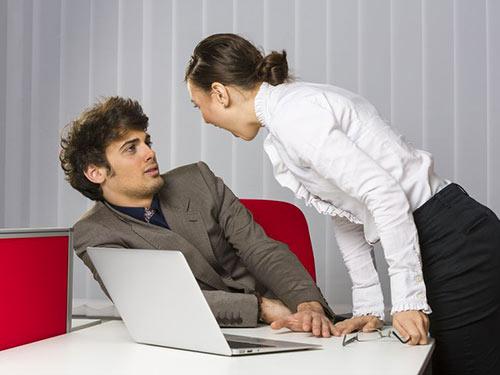 Une patronne engueule son employé. Elle lui donne un char de marde, une expression québécoise qui signifie engueuler quelqu'un avec intensité.