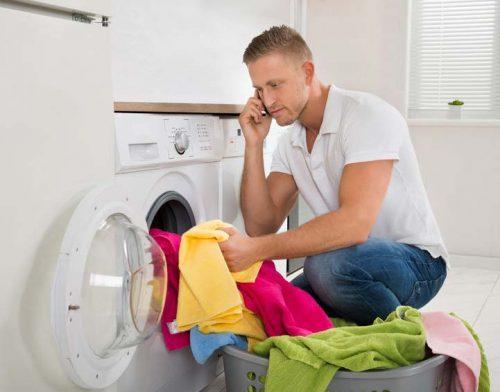 Une jeune homme fait une brassés de linge, synonyme québécois de faire la lessive. Il téléphone à sa mère pour lui demander conseil.