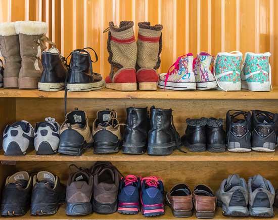 Un exemple du verbe québécois corder. Les chaussures dans l'entrée sont bien cordées, c'est-à-dire bien alignées, bien rangées.