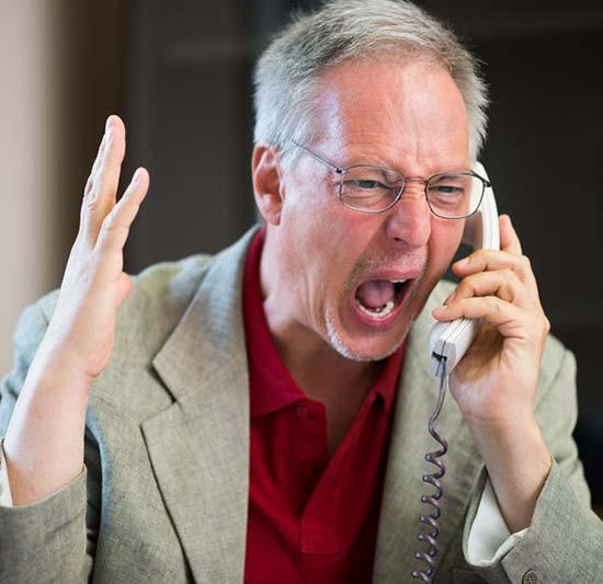 Un homme en tabarnak (en colère) au téléphone.