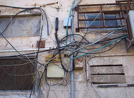Installation électrique extérieure très mal faite, une vraie patente à gosses