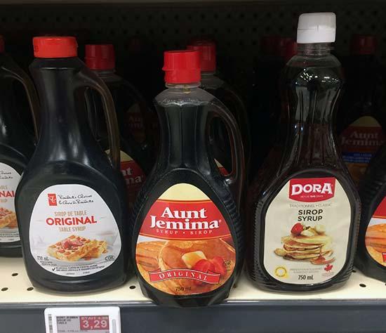 un étalage de bouteilles de sirop de poteau à l'épicerie