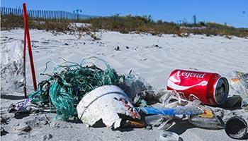 Une plage couverte de vidanges (ordures).