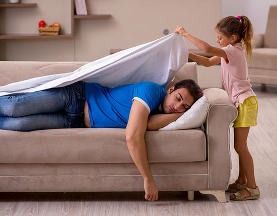 Une petite fille abrille son père.