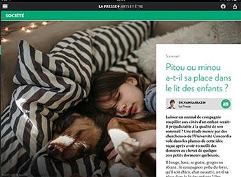 Une petite fille dort avec pitou et minou